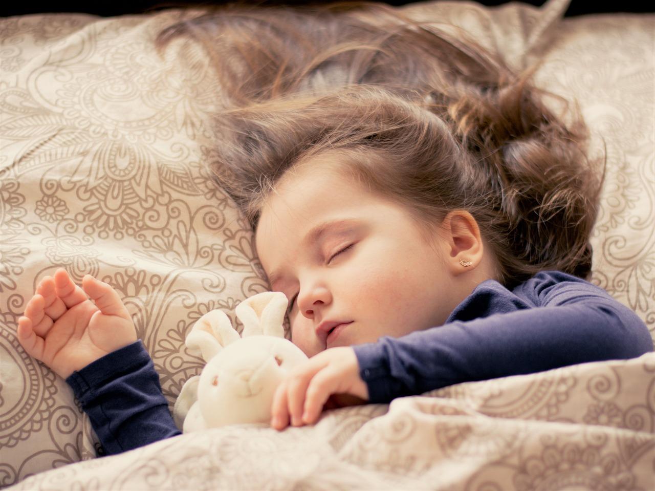 Schlafbedarf Kleinkind: Wie lange sollte mein Kind schlafen?
