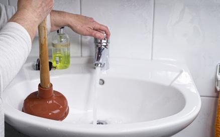 Verstopften Abfluss reinigen - 5 Tipps zur Beseitigung